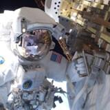 Astronaut i gang med reparationsarbejde på International Space Station.