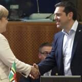 Den tyske kansler Angela Merkel hilste onsdag på Grækenlands premierminister Alexis Tsipras under et møde i Bruxelles.