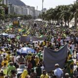 Tusindvis af demonstranter krævede under en række aktioner i april den brasilianske regering og ikke mindst præsident Dilma Rousseffs afgang. Rousseff afviser at have haft kendskab til korruption i det delvist statsejede olieselskab Petrobras, som den nuværende brasilianske præsident var bestyrelsesformand for fra 2003 til 2010.