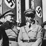 Joseph Goebbels (nr. 3 fra venstre) var propagandaminister under rigskansler Adolf Hitler (1. tv.) i årene 1933 til 1945 i Nazityskland, hvor han styrede de tyske medier og den tyske filmindustri med hård hånd.