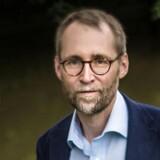Forfatter Tom Buk-Swienty har skrevet en 500 sider lang bog om Wilhelm Dinesen, der var godsejer, kriger, forfatter og desuden far til Karen Blixen.