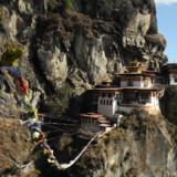 Bhutan – Druk Yul, Tordendragens Land, som det lille land i Himalaya hedder – omkranset af Indien mod syd og Tibet med kinesisk overherredømme mod nord.