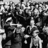 »Tyskerpiger« fik håret klippet af efter besættelsen. Fotograf: Holger Hertzum-Larsen. Kilde: Kolding Stadsarkiv.