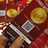 Kursen på de virtuelle bitcoins faldt i går til det laveste niveau i to måneder.