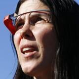 Senere tirsdag amerikansk tid bliver de intelligente briller Google Glass for første gang tilgængelig i salg for alle amerikanere - dog kun en enkelt dag. Forud for det har Google annonceret en opdatering til brillen, der blandt andet giver bedre batteritid og sortering af stemmekommandoer, men samtidig dropper videosamtaler.