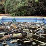 Ødelagt swimmingpool i den tidligere Gaddafi-ejendom.