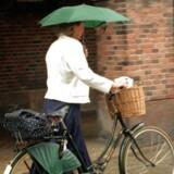 Det ville indimellem være rart med tag over hovedet. Til gengæld kan man altid finde et sted at parkere. Cyklister står for 29 procent af omsætningn i københavnske butikker. Jyske og fynske kommuner vil nu have sat tal på betydning af cyklisme for handelslivet i provinsen.