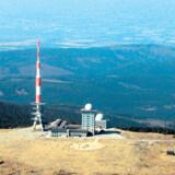 Man kunne tro, at det var raketten fra Tintin-albummene »Månen tur-retur«, der er landet på toppen af Bloksbjerg. Men det er nu blot en stor sendemast.