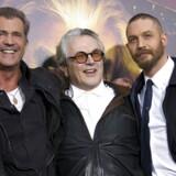 Instruktør Gerige Miller (midt) med Tom Hardy (th) og Mel Gibson (tv) ved premieren i Hollywod 7. maj.