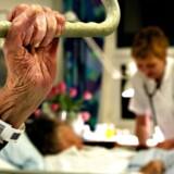 Københavns Kommune har i årtier forsøgt at løse problemet med, at færdigbehandlede ældre optager plads på sygehusene.