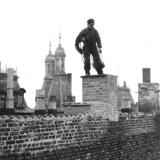 I flere hundrede år har skorstensfejere balanceret på tagrygge uden nogen form for sikkerhed, mens de udførte deres arbejde.