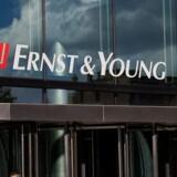 Mens Ernst & Youngs (EY) to medarbejdere blev fyret for tvivlsom skatterådgivning i DRs dokumentarserie »I skattely«, har deres mangeårige chef fået nyt job hos konkurrenten. EYs skattepartner og adm. direktør indtil for nylig, Niels Josephsen, skal være ny skattepartner hos konkurrenten Deloitte.