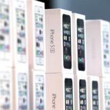 Den amerikanske teknologigigant Apple har solgt rekordmange iPhones i seneste kvartal.