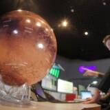 Europæiske astronomer følger Curiositys Mars-landing på afstand mens de betragter en model af Mars.
