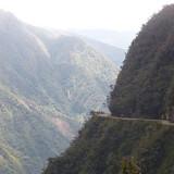 """Autoværn opererer man ikke med på """"dødsruten"""" i Bolivia, som falder 2.400 meter fra start til slut og er et langt uasfalteret hårnålesving. Guiderne tager turen med turister på slæb op til fire gange om ugen."""