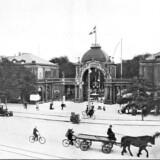 Vesterbrogade med restaurant Wivel som nabo til Tivolis hovedindgang. Før og nu, 5. årg. Ca. 1910.
