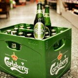 ARKIVFOTO. Danskerne køber øl og sodavand i dåser og lader glasflaskerne stå. Den genopfyldelige glasflaske er ikke længere den klirrende konge over flaskerummet.