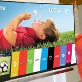 En model fremviser tidligere i år LGs første TV med det nye styresystem WebOS, som bruges, når man ikke ser TV. De farvede flader eller bjælker gør det let at skifte mellem forskellige funktioner. TVet er blevet en populær vare. Foto: LG