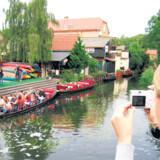 Selv om der er mange forskellige slags småskibe på kanalerne – kanoer, kajakker og større fladbundede skibe med plads til 10-30 personer – så er her ingen larm.