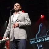 Roland Møller modtog den eftertragtede Bodil-statuette for bedste mandlige hovedrolle i filmen »Under Sandet«, som blandt andet også snuppede prisen som årets bedste film, ved prisuddelingen, der løb af stabelen på Bremen Teater i København.