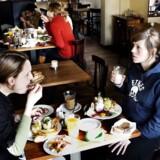 Når Frederiksberg-borgerne har fri, nyder de den børnefri tilværelse. Når indtrykkene skal bearbejdes, og de sociale forbindelser plejes, foregår det gerne på en café over en cafe latte, viser undersøgelser. Her er det på Cafe Den Blå Hund på Godthåbsvej på Frederiksberg.