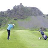Om sommeren er der lyst i døgnets 24 timer. Derfor kan der spilles golf midt om natten som på billedet her. Se også videoen nederst i artiklen.