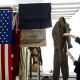 Effekter fra Frihedsmuseet bliver undersøgt for skader hos Nationalmuseets konservatorer i Brede. Tekstilkonservator Maj Ringgaard kigger her nærmere på nogle af de berørte effekter, heriblandt den legendariske faldskærmsdragt.