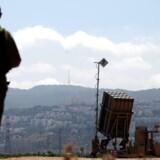 En israelsk soldat står vagt nær et Iron Dome-missilbatteri i et industriområde i Haifa i det nordlige Israel torsdag. Israel har sat sine antimissilbatterier i alarmberedskab som konsekvens af, at spændingerne i Syrien stiger.