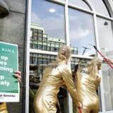 Mellemfolkeligt Samvirke vasker Jyske Banks vinduer så de kan se klart og få ryddet op id eres rådgivningspraksis i forhold til skattely. Her er vi ved Jyske Bank på Vesterbrogade i København.