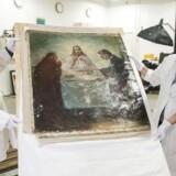Fagfotograf Robert Fortuna og maleri-konservator Mikala Bagge flytter maleriet for senere at vurdere skaderne. Maleriet er et Emil Nolde-maleri, der er vurderet til 10 millioner kroner. Det ankom til Nationalmuseets afdeling for Konservering og Restaurering torsdag.