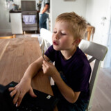 Jonas Mortensen fik konstateret ADHD som fire-årig. Nu fylder han snart syv og er på en skrap diæt, der holder sygdommen nede. Men hans forældre vil også forsøge med medicin.