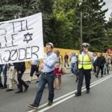 Op mod 1.000 demonstranter marcherede lørdag på Nørrebro i protest mod chikane af jøder i Danmark. Protesten sker som en reaktion mod det stigende antal trusler og overfald på danske jøder. For at italesætte retten til bære religiøse symboler var flere af demonstranterne iført jødiske klæder, herunder manden bag demonstrationen, Rasmus Jarlov (K).