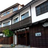 På et gadehjørne i tredje række fra havnepromenaden ligger Ryoso Kawaguchi.