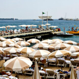 Det eksklusive Carlton Hotel ligger ud til strandpromenaden La Croisette.