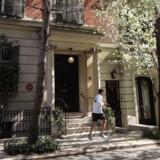 Det smukke røde townhouse på 57 East 66th Street mellem Madison og Park Avenue var rammen om Andy Warhols sidste leveår. Et lille diskret skilt oplyser, at han boede her fra 1974 frem til sin død i 1987.