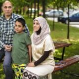 Nizar Ramadan, Afaf Abdul Aziz og sønnen Ahmed fra Aldersrogadekvarteret har været i Dyrehaven og se »Robin Hood«. Det gjorde alle deres forbehold til skamme, og nu vil familien, også de tre ældre børn, gerne se mere teater. Foto: Søren Bidstrup.