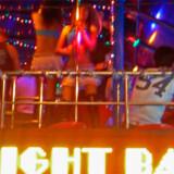 En af de mange barer i Patong Beach, hvor tørstige turister kan feste til langt ud på natten.