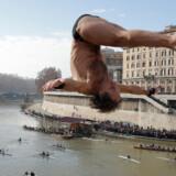 Marco Fois fra Italien springer i floden Tiberen fra Cavour-broen i Rom som en del af fejringen af det nye år 1. januar 2013. I alt fire mænd sprang i de mudrede vande som en del af en årlig tradition, der går tilbage til 1946.