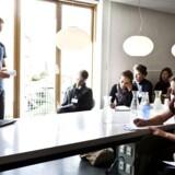 En gruppe jobsøgende fra DJØF tager på bustur til 3 små og mellemstore virksomheder, for at få øjnene op for, hvilke muligheder, de overser. Her besøger de arkitektfirmaet Kant på Nørrebro (arkiv).