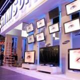 En deltager betragter Samsung fladskærme ved Consumer Electronics Show i Las Vegas.