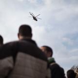 En militær helikopter flyver over det centrale Kairo.