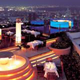 Sirocco i Bangkok, verdens 4. billigste til hotelby, er verdens højeste al fresco restaurant - al fresco betyder udendørsrestaurant.