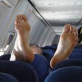 Det gør flyturen meget lidt behagelig, når passageren i sædet bagved smækker sine bare - eller bare strømpebeklædte - fødder op på ens sæde eller armlæn.