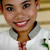 """Bud 11: Giv ikke en thai hånden til hilsen - lav den thailandske hilsen """"wai"""" med samlede håndflader foran brystkassen, mens du bøjer hovedet let."""