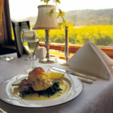 Gourmetmad på tog med vidunderlige vinmarker som udsigt.