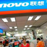 Den kinesiske computerproducent Lenovo skal skære omkring 2.500 stillinger væk. Samtidig går ledelsen ned i løn. Foto: Teh Eng Koon, AFP/Scanpix