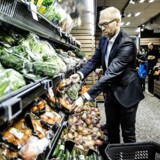 Coops Food-direktør, Jens Visholm, står med de økologiske varer, som Coop fra i dag har sænket priserne på.
