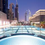 Fra swimmingpoolen er der udsigt til nogle af Dubais imponerende skyskrabere.