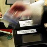 Hvis du må svinge kreditrkortets magnetstribe i stedet for at bruge chippen, risikerer du at skulle betale en dummebøde, selv om fejlen ligger i butikkens kortterminal.