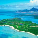 Det kan være svært at koncentrere sig om spillet, når udsigten fra øen er til det blå hav og bjergene inde på Mauritius.